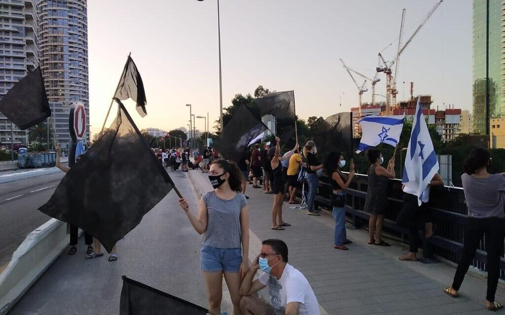 הפגנה נגד נתניהו בגשר ההלכה בתל אביב, 1 באוקטובר 2020 (צילום: הדגלים השחורים)
