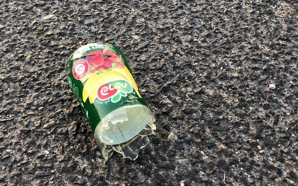 בקבוק זכוכית שנזרק למפגינים נגד נתניהו בצומת רופין, 22 באוקטובר 2020 (צילום: הדגלים השחורים)