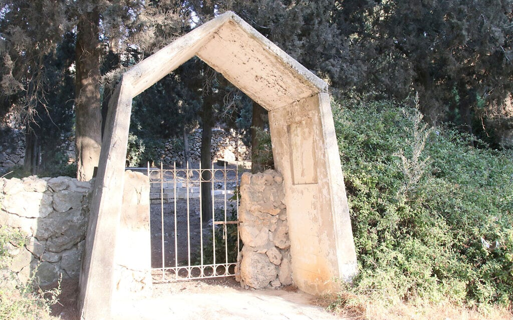 השער המוביל לחלקת הקבר המשפחתית היהודית הראשונה (והיחידה) בירושלים מאז ימי קדם. שוכבים שם בני משפחת בנטוויץ' המורחבת (צילום: שמואל בר-עם)