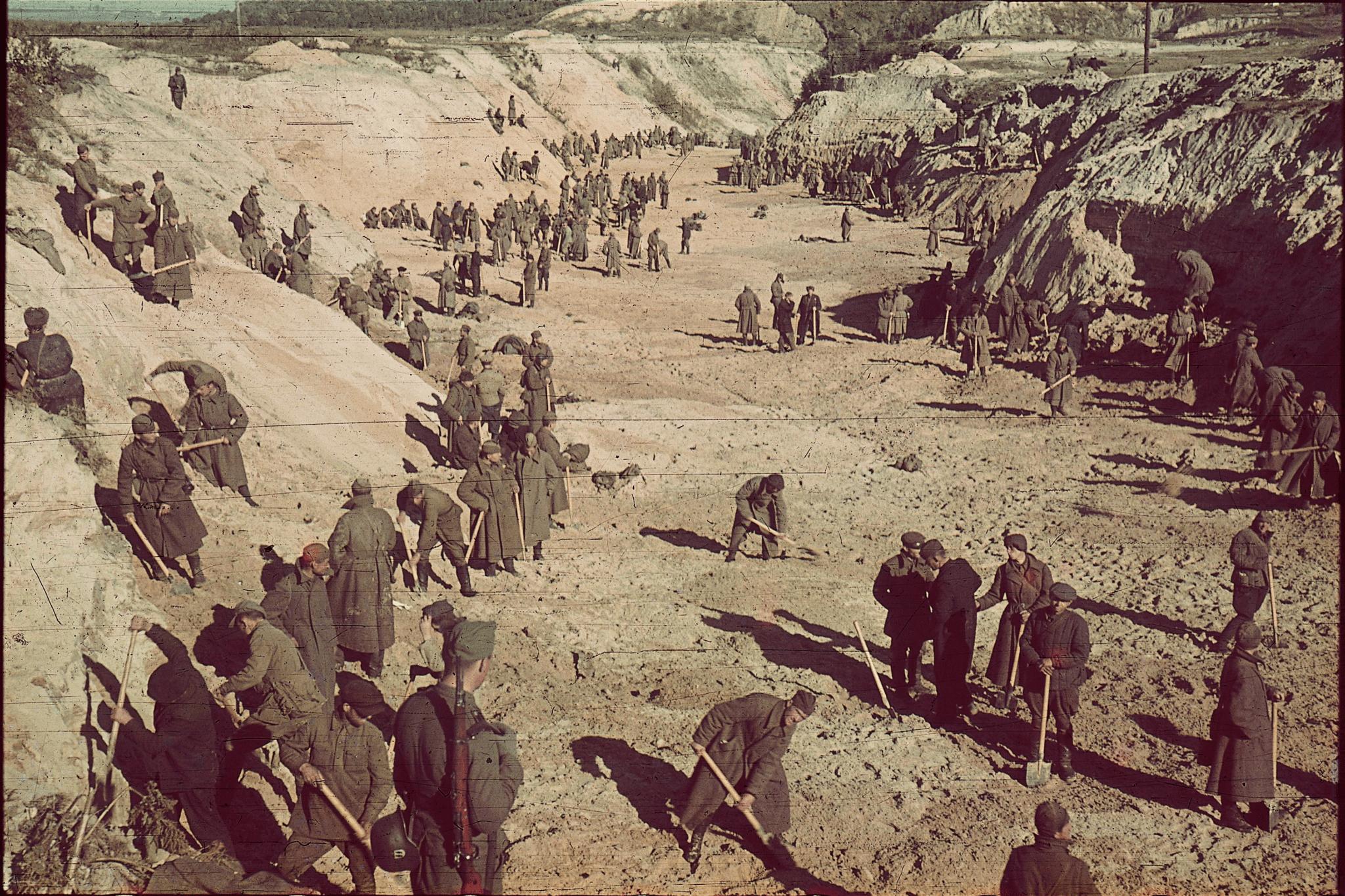 גרמנים ואוקראינים צועדים על קבר האחים שבו נרצחו 33,771 יהודים בבאבי יאר (צילום: רשות הציבור)