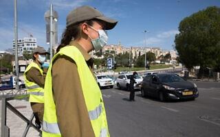 אילוסטרציה, חיילות ישראליות במחסום בעידן הקורונה, אפריל 2020, למצולמות אין קשר לנאמר