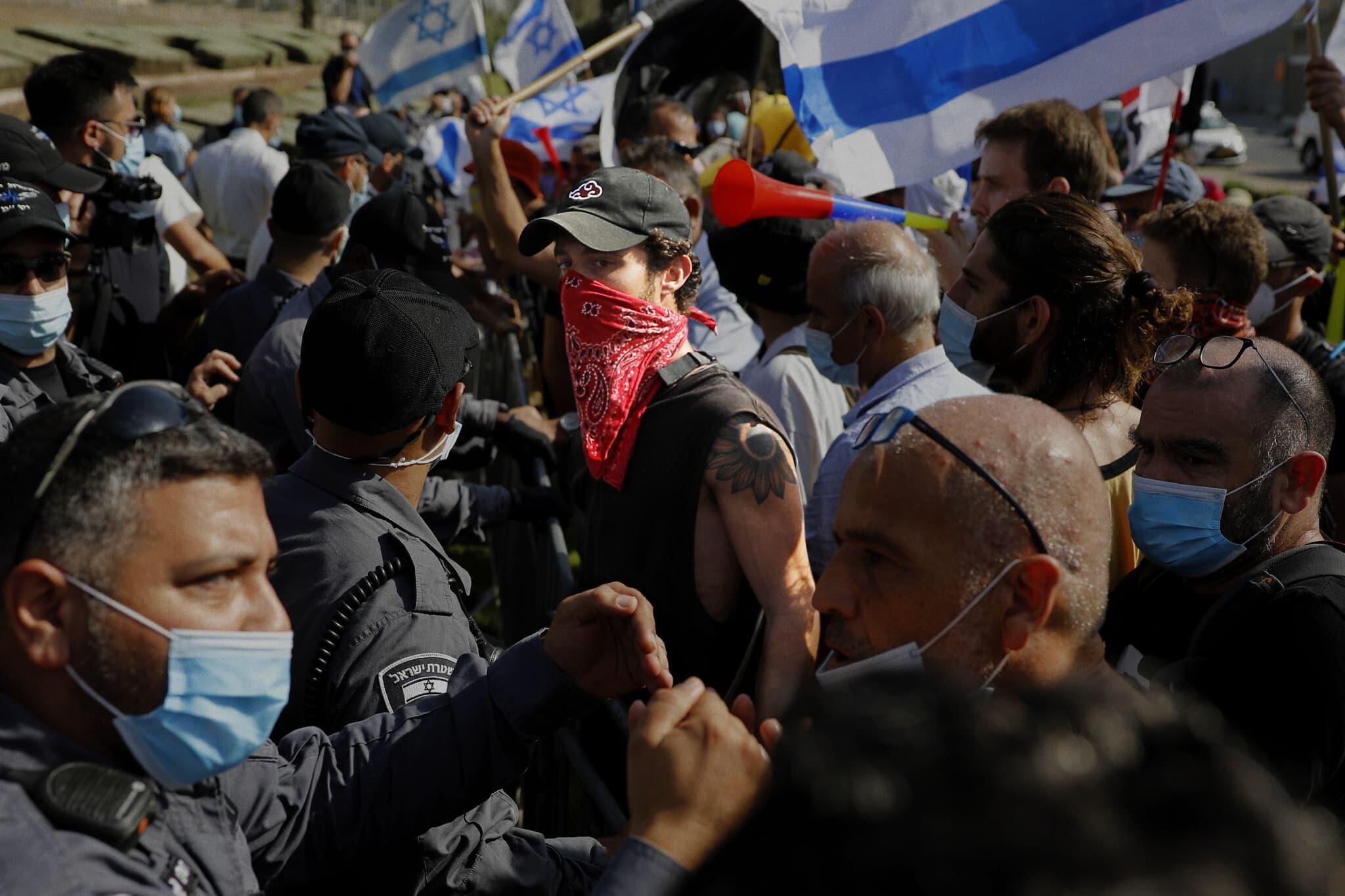 סתיו שומר, במרכז, בהפגנה מחוץ לכנסת ב-29 בספטמבר 2020 (צילום: אוליבייה פיטוסי/פלאש90)