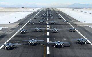 52 מטוסי F-35 מסודרים לקראת תרגיל השקה בבסיס חיל האוויר האמריקאי בגבעת יוטה, בהפגנת עוצמה ומוכנות לקרב על רקע המתיחות בין ארצות הברית לאיראן, 6 בינואר 2020 (צילום: חיל האוויר האמריקאי/ר' ניל ברדשאו/צילום מסך מטוויטר)