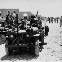 """חיילי צה""""ל בפאתי כפר קאסם, 1949 (צילום: לע""""מ)"""