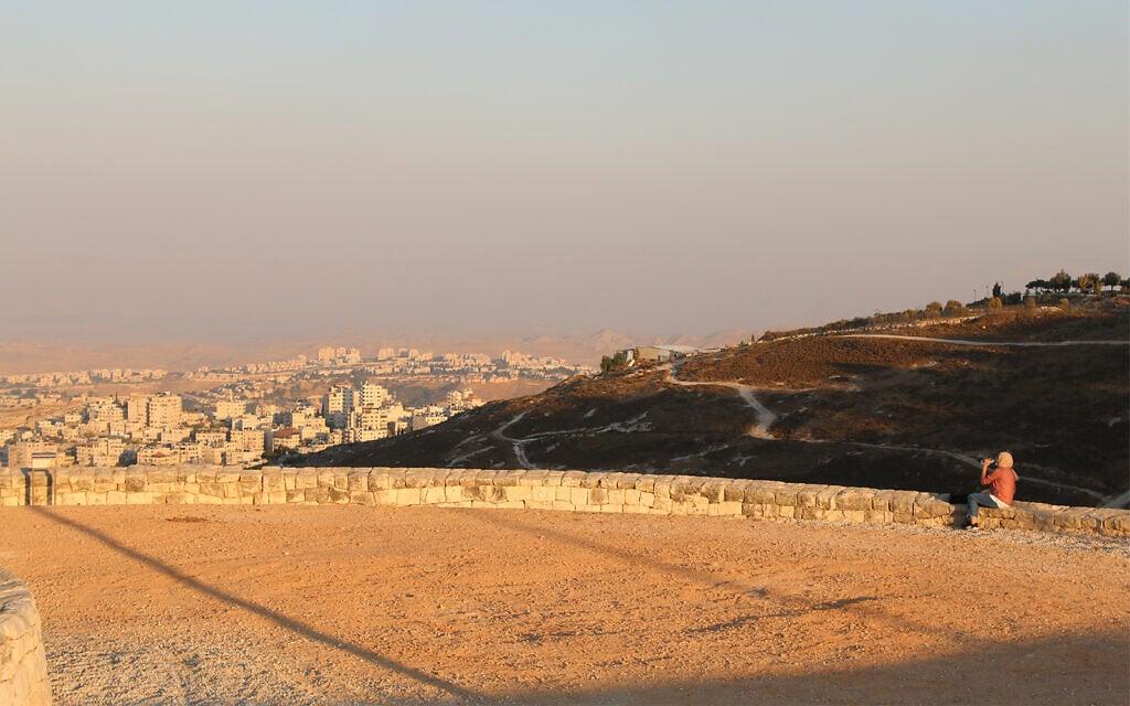 הנוף המשקיף לעבר ים המלח מהר הצופים בירושלים (צילום: שמואל בר-עם)