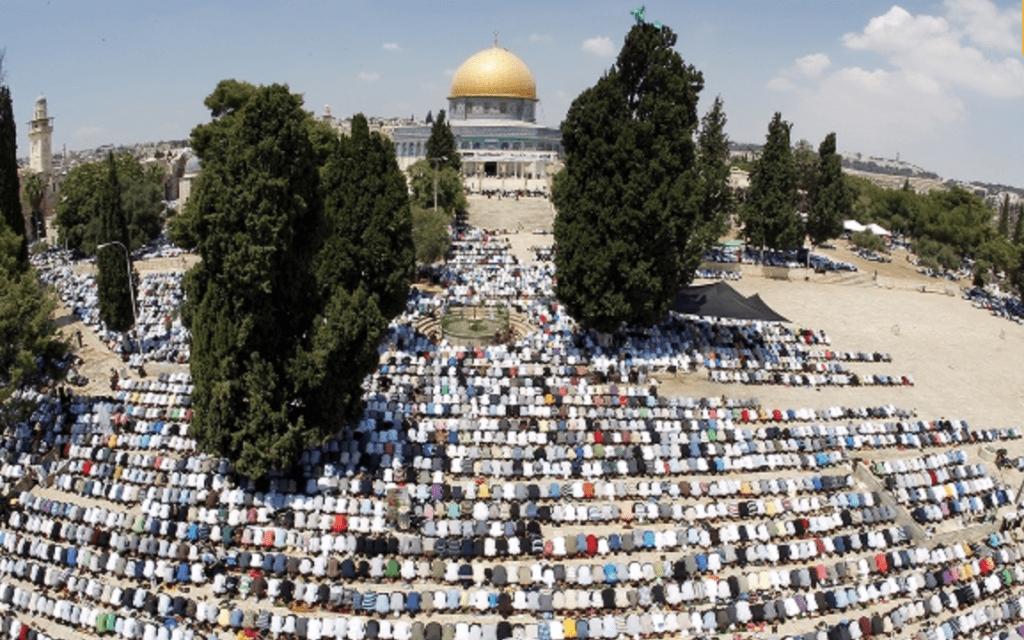 מוסלמים מתפללים בהר הבית במהלך הרמדאן (צילום: עטא אוויסט)