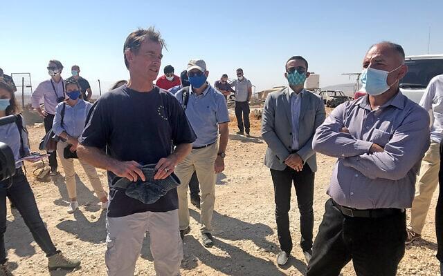 נציג האיחוד האירופי סוון קוהן פון-בורגסדורף (משמאל), בביקור בדרום הר חברון, ב-19 באוקטובר 2020 (צילום: אמיר בן-דוד)