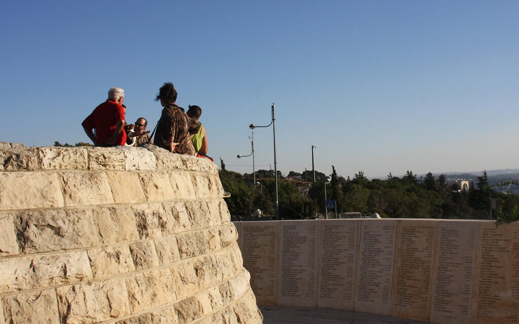 על קיר החיים, שנמצא במרפסת תצפית על הר הצופים, רשומים שמות התורמים לאוניברסיטה העברית (צילום: שמואל בר-עם)