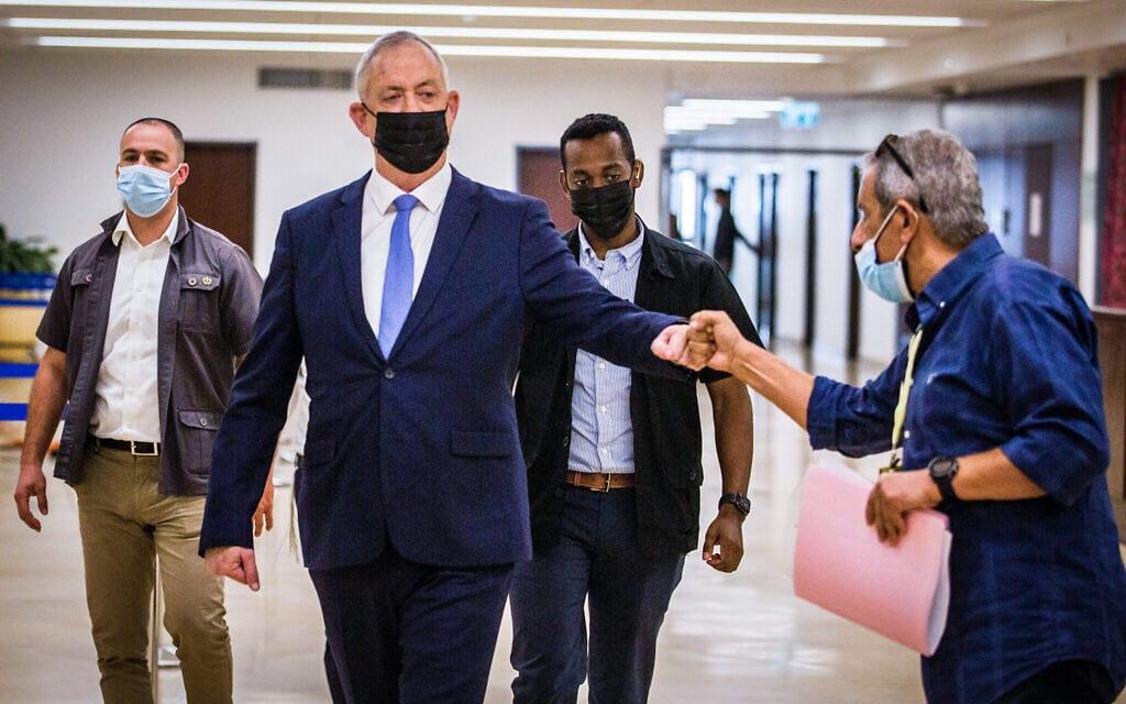 שר הביטחון בני גנץ לוחץ יד לראש עיריית אילת מאיר יצחק הלוי בכנסת, 10בנובמבר 2020 (צילום: Oren Ben Hakoon/POOL)