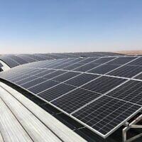 """פאנלים סולאריים על גג מבנה צבאי בבסיס נבטים (צילום: דובר צה""""ל)"""