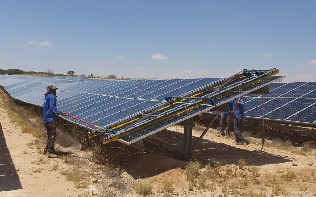 """שדה סולארי בבסיס רמון (צילום: דובר צה""""ל)"""