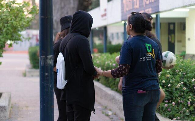אילוסטרציה, מתנדבים למען נוער בסיכון, למצולמים אין קשר לנאמר (צילום: באדיבות עלם)