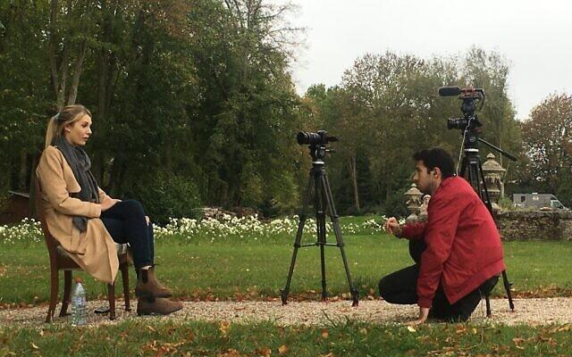 הבמאי דניאל לומברוסו מראיין בצרפת את פעילת הימין הקיצוני לורן סאותרן (צילום: Michael Miroshnik)