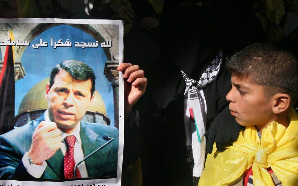 פוסטר של מוחמד דחלאן בהפגנה בעזה, 2006 (צילום: AP Photo/Hatem Moussa)