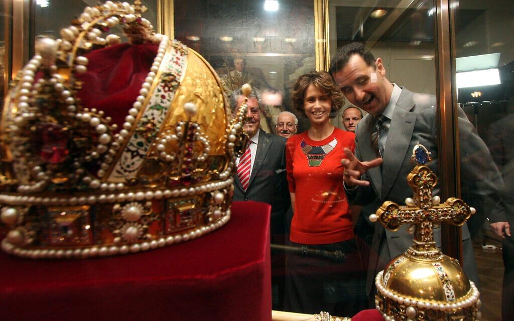 אסמאא ובשאר אל אסד באוסטריה, מביטים בכתר של הקיסר רודולף השני (צילום: . (AP Photo/Ronald Zak))