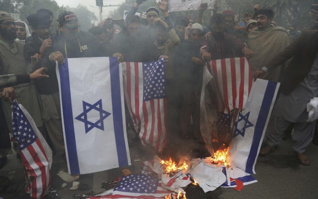 מפגינים בלאהור שבפקיסטן שורפים את דגלי ישראל וארצות הברית, לאחר שהנשיא דונלד טראמפ הכיר בירושלים כבירת ישראל, 13 בדצמבר 2017 (צילום: K.M. Chaudary, AP)