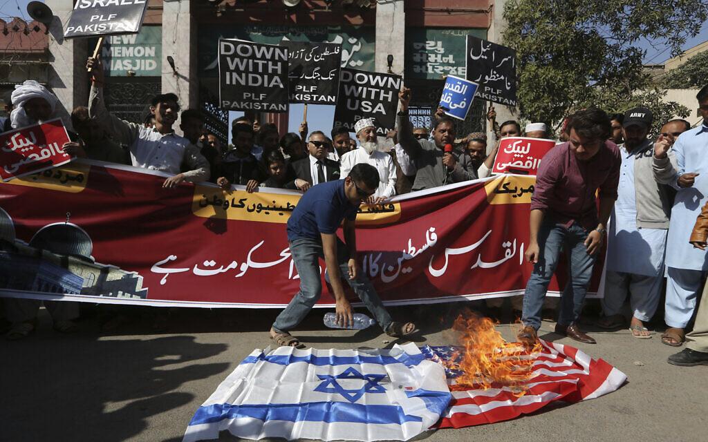מפגינים בקראצ'י שבפקיסטן מוחים נגד תוכנית השלום של נשיא ארצות הברית דונלד טראמפ, 31 בינואר 2020 (צילום: Fareed Khan, AP)