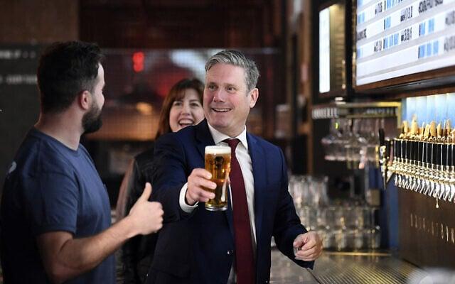 קייר סטארמר במבשלת בירה בלונדון (צילום: Stefan Rousseau/PA via AP)