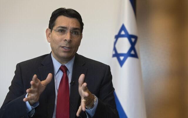 """שגריר ישראל באו""""ם דני דנון בראיון לסוכנות AP ברעננה, 28 ביולי 2020 (צילום: Sebastian Scheiner, AP)"""