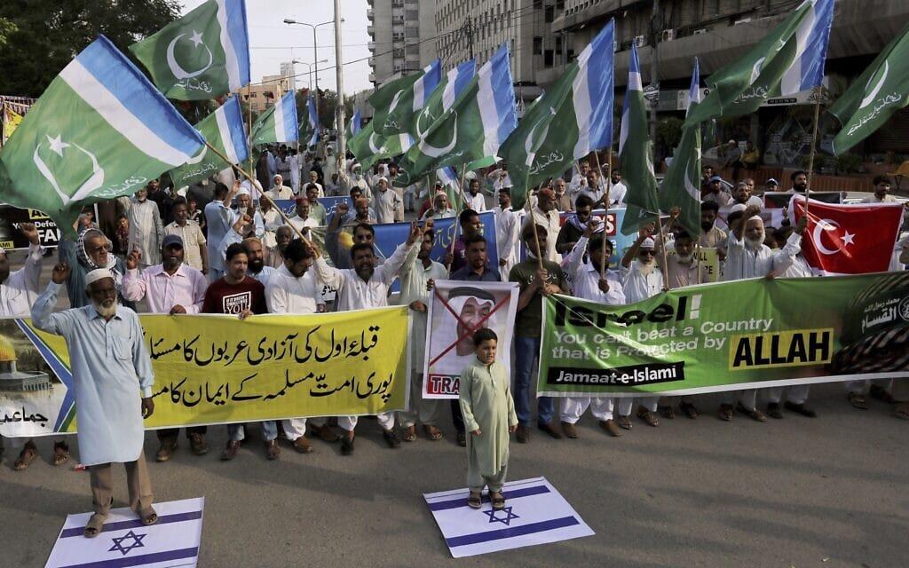תומכי מפלגת השלטון בפקיסטן מפגינים בקראצ'י נגד כינון היחסים בין איחוד האמירויות וישראל, 16 באוגוסט 2020 (צילום: Fareed Khan, AP)
