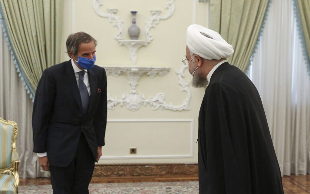 """חסן רוחאני פוגש את יו""""ר הסוכנות הבינלאומית לאנרגיה אטומית, רפאל מריאנו גרוסי, בטהרן (צילום: Iranian Presidency Office via AP)"""