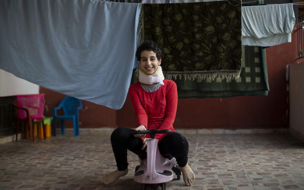 ספטמבר 2020: הודא קינו, 11, היא פליטה סורית שברחה ללבנון עם משפחתה. ביתה של המשפחה בסוריה נחרב, ואחותה סדרה (15) נהרגה בפיצוץ בנמל ביירות. צווארה של הודא נשבר (צילום: AP Photo/Hassan Ammar)