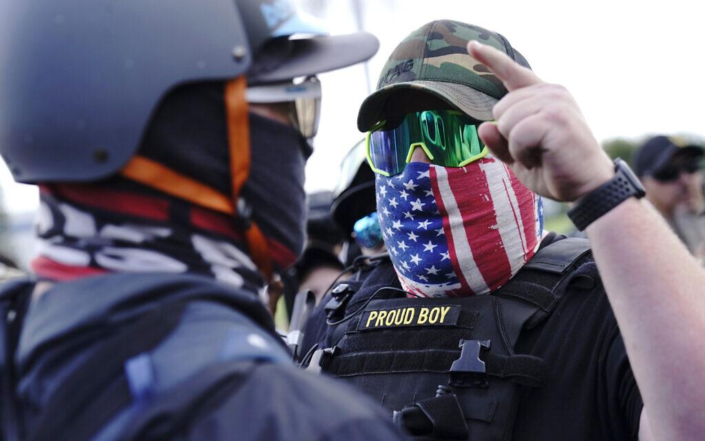 """חבר """"הנערים הגאים"""" בהפגנה בפורטלנג, אורגון, ב-26 בספטמבר 2020 (צילום: AP Photo/John Locher)"""