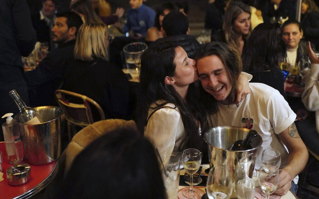 """ערב של בילויים בפריז בעידן הקורונה, רגע לפני שה""""סגר"""" הלילי נכנס לתוקף, 23 באוקטובר 2020 (צילום: AP Photo/Francois Mori)"""