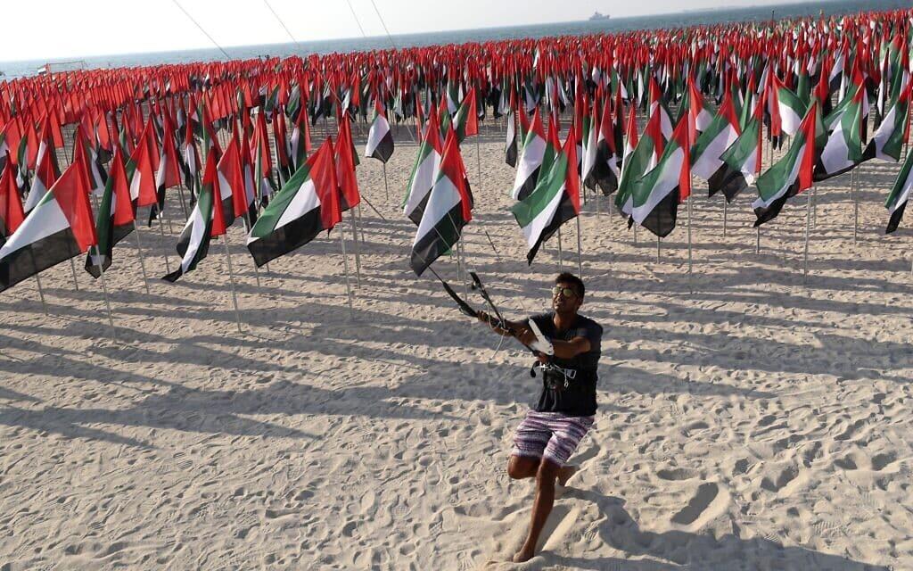 דגלי איחוד האמירויות מוצבים בדובאי לרגל יום הדגל במדינה, 3 בנובמבר 2020 (צילום: Kamran Jebreili, AP)