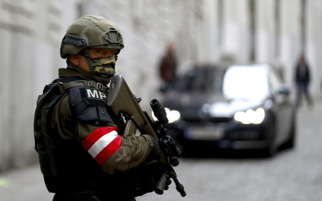 שוטר צבאי בזירת הפיגוע ליד בית הכנסת בווינה, אוסטריה, 4 בנובמבר 2020 (צילום: AP Photo/Matthias Schrader)