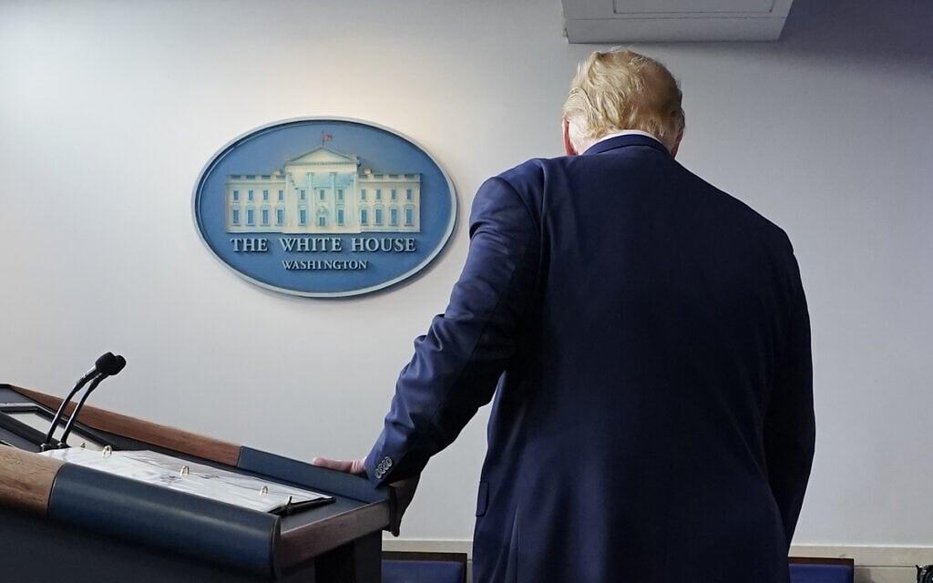 דונלד טראמפ יורד מהדוכן בבית הלבן אחרי שנשא נאום ב-5 בנובמבר 2020 (צילום: AP Photo/Evan Vucci)