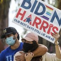 תושבים בלוס אנג'לס חוגגים את בחירתם של ג'ו ביידן וקמאלה האריס לנשיא, ולסגנית הנשיא, 7 בנובמבר 2020 (צילום: Ringo H.W. Chiu, AP)