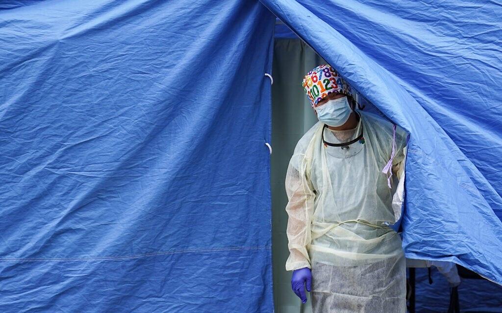 איש צוות רפואי שפועל באוהל בברוקלין, ניו יורק, בנובמבר 2020 (צילום: AP Photo/John Minchillo)