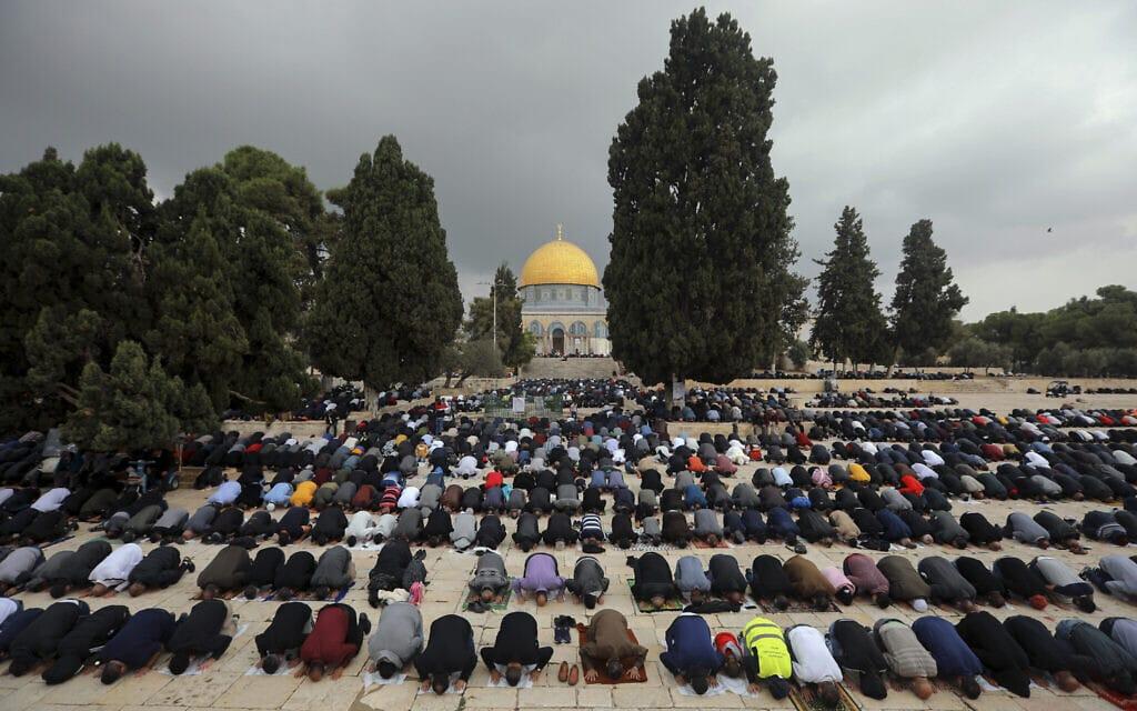 מתפללים במסגד אל-אקצא, 6 בנובמבר 2020 (צילום: Mahmoud Illean, AP)