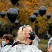 אנשי הצוות הרפואי ברומניה משחררים בלונים שחורים לזכרם של המתים במגפת הקורונה, 17 בנובמבר 2020 (צילום: AP Photo/Vadim Ghirda)