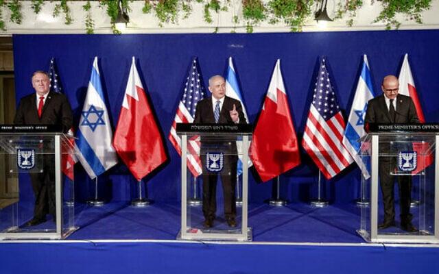 ראש הממשלה בנימין נתניהו, שר החוץ של ארצות הברית מייק פומפאו ושר החוץ של בחריין עבד א-לטיף א-זיאני במשרד ראש הממשלה בירושלים, 18 בנובמבר 2020 (צילום: Menahem Kahana/Pool via AP)