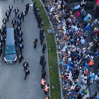 הרכב הנושא את ארונו של דייגו מראדונה עוזב את משכנו של נשיא ארגנטינה, 26 בנובמבר 2020 (צילום: Mario De Fina, AP)