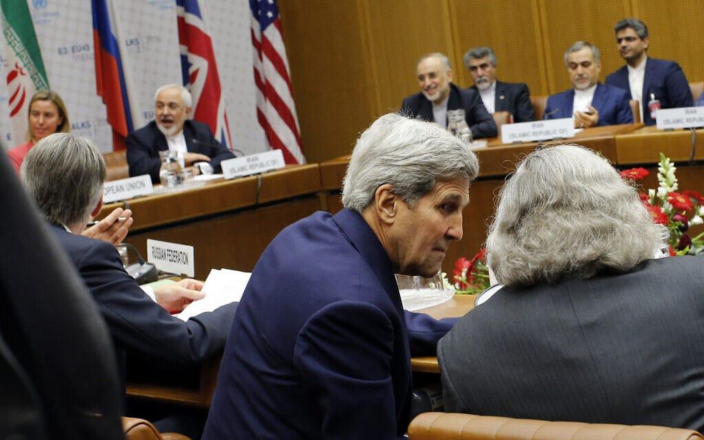 מלפנים – שר החוץ של ארצות הברית ג'ון קרי, מאחור – שר החוץ של איראן מוחמד ג'וואד זריף בעת המשא ומתן בווינה על תוכנית הגרעין האיראנית, 14 ביולי 2015 (צילום: Carlos Barria, Pool Photo via AP)