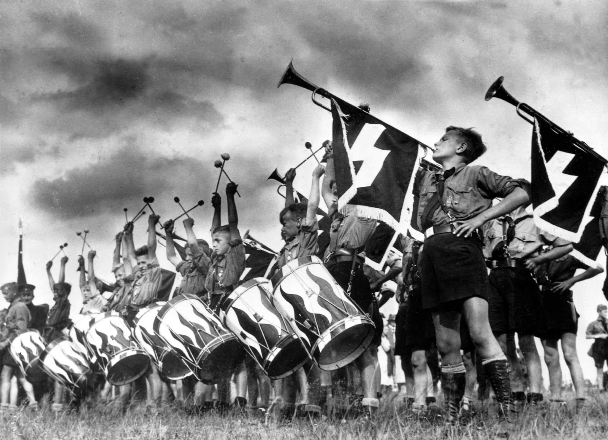 """נוער היטלר משמיע קול תופים וקול תרועה לרגל פתיחתו של """"דויטשלנדלאגר 1935"""", מחנה הנוער ליד ברנדנבורג (צילום: AP Photo)"""