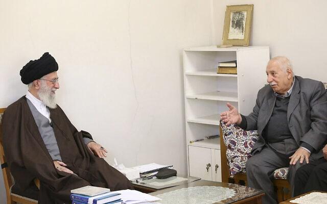 אחמד ג'יבריל (מימין) עם האייתולה עלי חמינאי בטהרן, ב-26 בינואר 2015 (צילום: AP Photo/Office of the Iranian Supreme Leader)