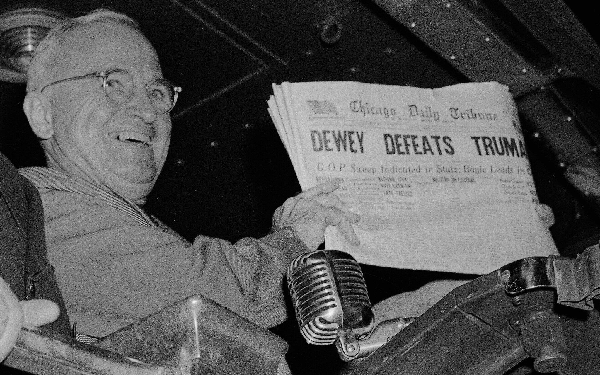 """נשיא ארה""""ב הארי טרומן עם מהדורת יום הבחירות של השיקגו דיילי טריביון, שהכריז בטעות על תבוסתו בבחירות (צילום: AP Photo/Byron Rollins)"""
