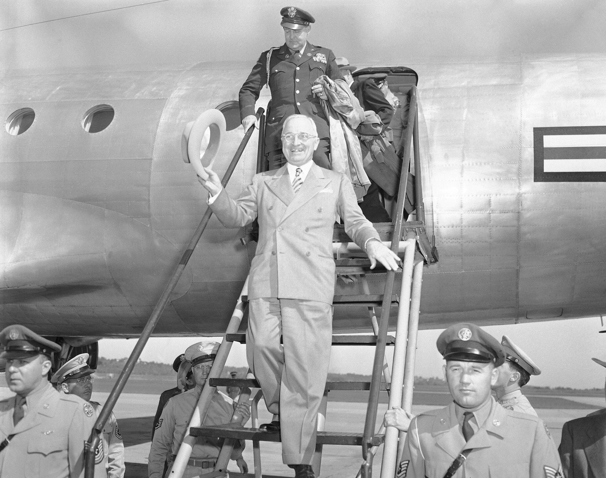 הנשיא הארי טרומן מגיע לאירוע פוליטי בקנזס סיטי ב-29 בספטמבר 1949 (צילום: AP Photo)