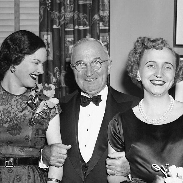 הנשיא טרומן עם בתו מרגרט (מימין) במועדון העיתונות הלאומי בוושינגטון, 13 בדצמבר 1950. משמאל, דרוסי סניידר הורטון, חברתה של מרגרט ובתו של שר האוצר ג'ון וו. סניידר (צילום: AP Photo/Herbert K. White)