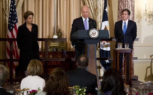 סגן נשיא ארצות הברית ג'ו ביידן וסגן מזכיר המדינה טוני בלינקן (מימין) בסעודת צהריים לכבוד נשיאת ברזיל, דילמה רוסף, ב-30 ביוני 2015, במחלקת המדינה בוושינגטון (צילום: AP/Manuel Balce Ceneta)