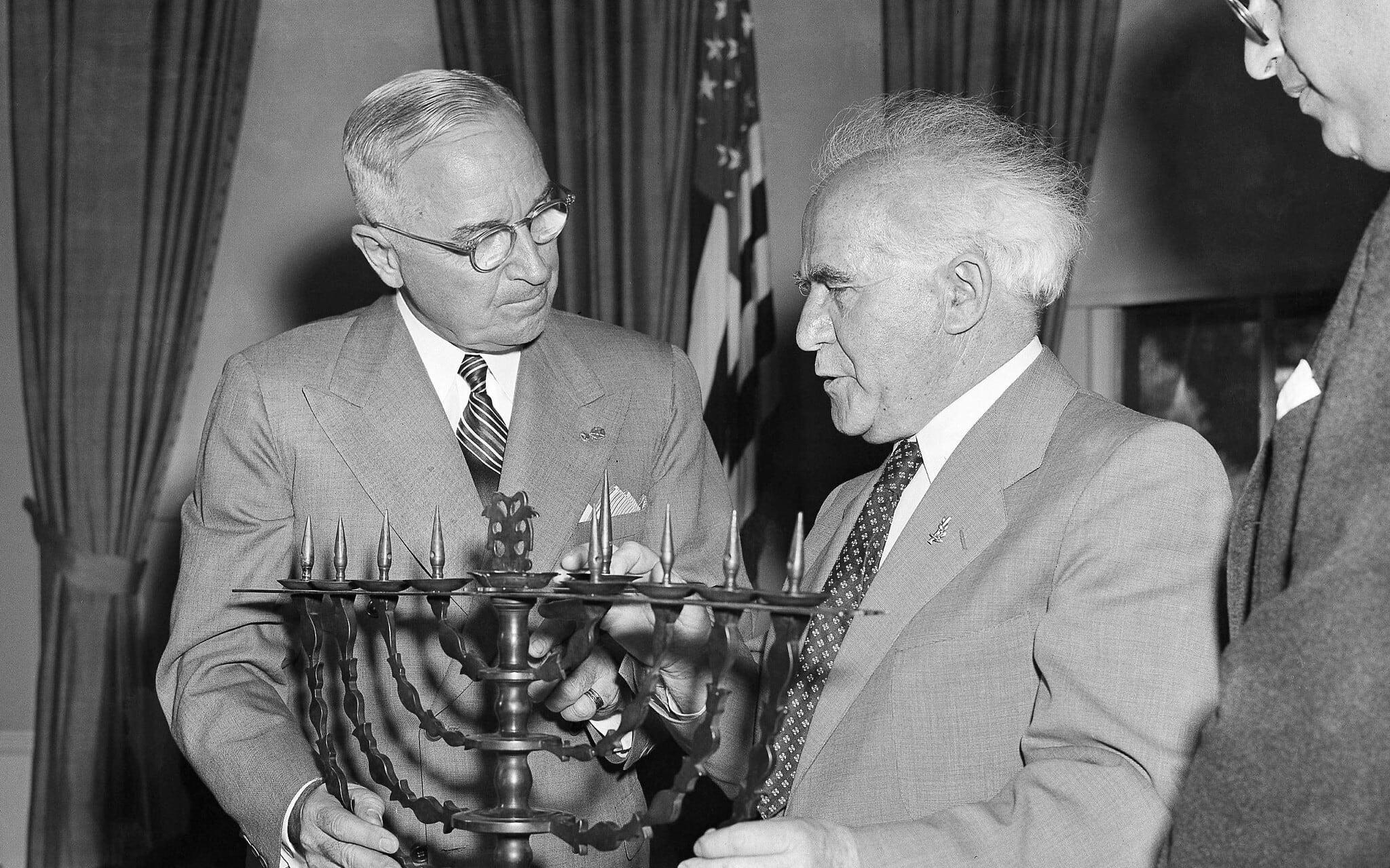הנשיא הארי טרומן מקבל חנוכיית ארד כמתנת יום הולדת מדוד בן-גוריון, 8 במאי 1951 (צילום: AP Photo/Henry Griffin)