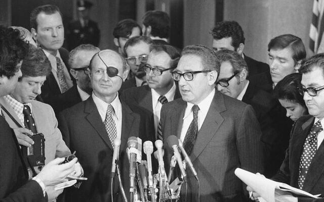 משה דיין והנרי קיסינג'ר, מרץ 1974 (צילום: AP Photo/Bob Daughtery)