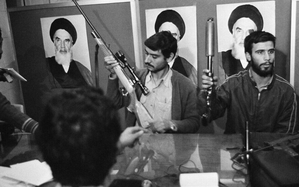 """מסיבת עיתונאים של הסטודנטים האיראנים שהשתלטו על שגרירות ארה""""ב בטהרן, נובמבר 1979 (צילום: AP Photo/GG)"""