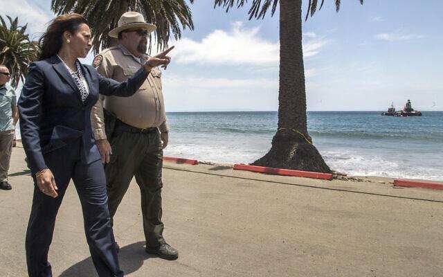 המועמדת לסנאט האמריקני, קמלה האריס, מקבלת תדרוך בחוף הים של קליפורניה, יוני 2015 (צילום: AP Photo/Damian Dovarganes)