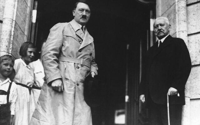 הדיקטטורים אדולף היטלר הגרמני ובניטו מוסוליני האיטלקי, מברכים זה את זה כשהם נפגשים בשדה התעופה של ונציה, 14 ביוני 1934 (צילום: AP)
