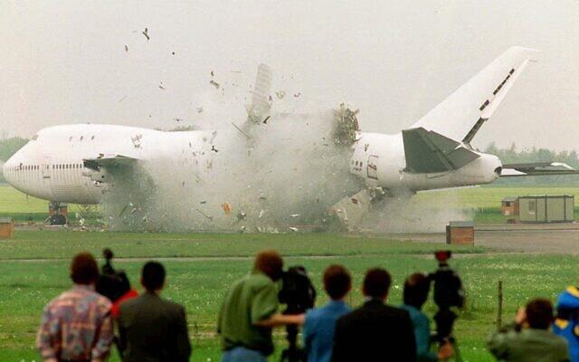 ניסוי של רשות התעופה שנערך בלסטר, אנגליה,ב-17 במאי 1997 שמטרתו מציאת חומרים שימנעו פיצוץ מטוס כמו שארע באסון לוקרבי (צילום: AP Photo/David Jones)